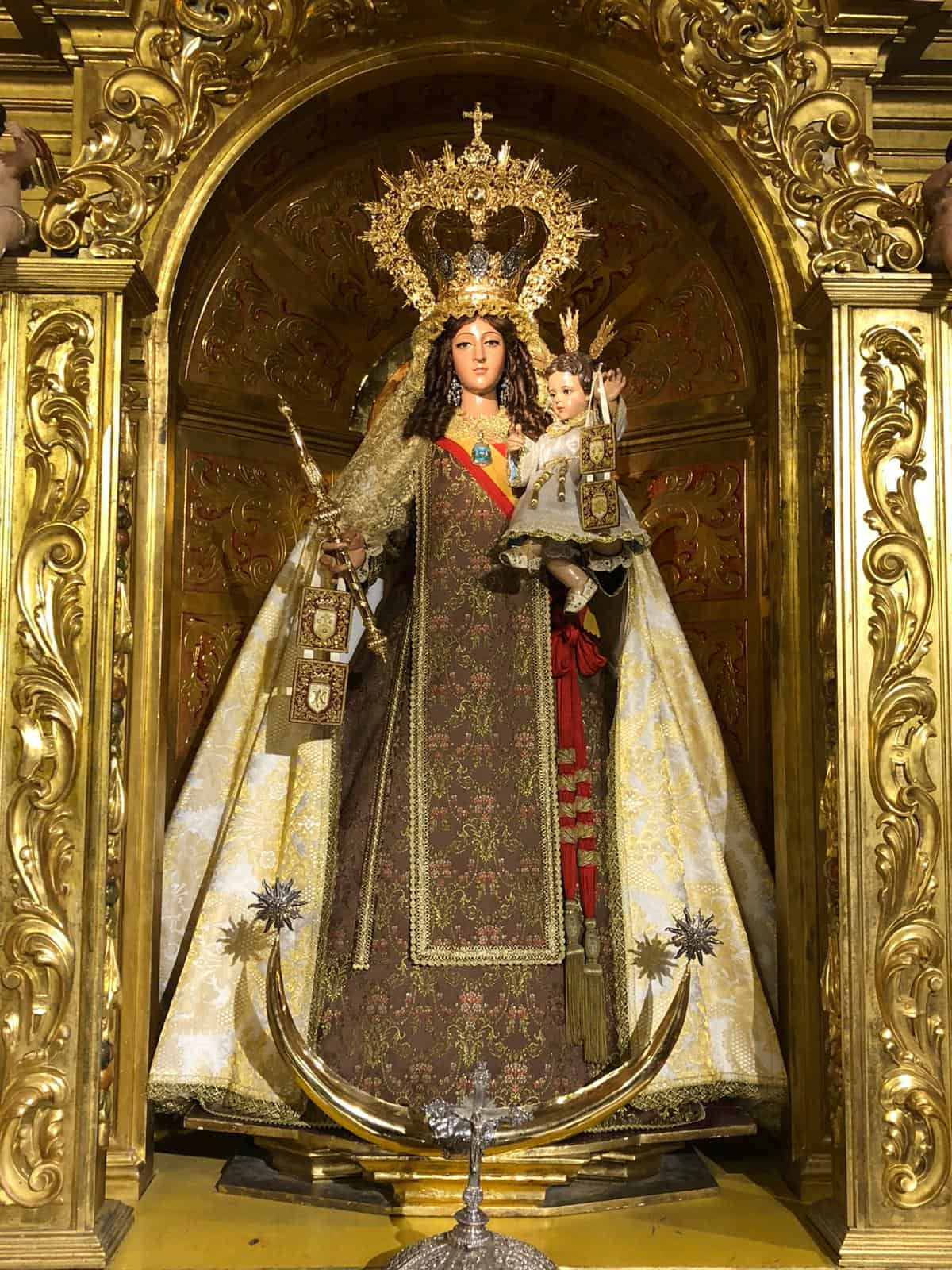La Virgen del Carmen en su retablo